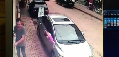 2 yaşındaki çocuk 3'üncü kattan beton zemine çakıldı