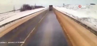 3 kişinin öldüğü korkunç kaza kamerada!