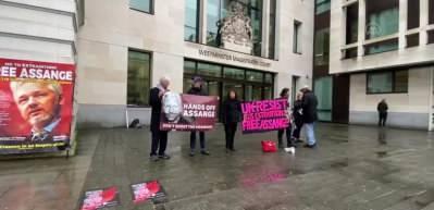 Londra'da Julian Assange'a destek gösterisi