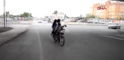 5 kişilik ailenin motosikletle tehlikeyi yolculuğu