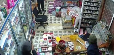 5 soyguncu dükkanı bastı, market sahibi şaka sandı!