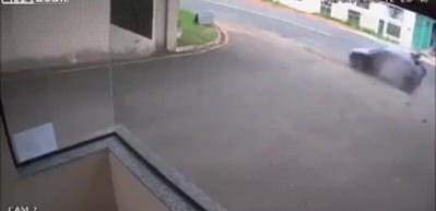 Brezilya'da hız limitini aşan motosikletli bir otomobile çarptı