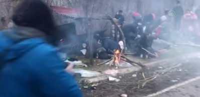 Yunan askerleri düzensiz göçmenlere biber gazı ve ses bombası atıyor