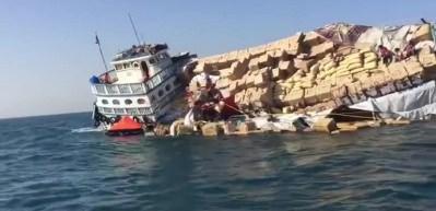 Gemi yan yattı, eşyalar denize döküldü!