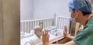 Çin'de koronavirüs şüphesiyle karantinada bulunan bebeğin duygulandıran hareketi