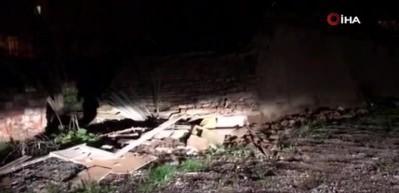 Manisa'da 4.8'lik depremde metruk bir bina çöktü
