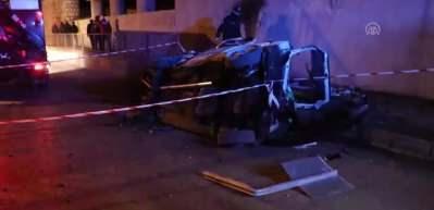 Takla atan otomobil istinat duvarına çarptı