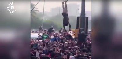 Irak'ta protestocular keskin nişancıyı yakaladı!