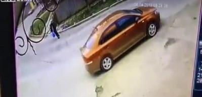 Karşıdan karşıya geçmeye çalışan yaşlı adam otomobilin altında kaldı
