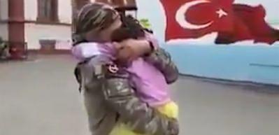 Afrin'den dönen Mehmetçik'in kızıyla buluşma anı göz yaşlarına boğdu