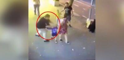 Ailesi ile yürüyen çocuklara bıçakla saldırdı!
