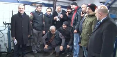 AK Partili başkan adayı, arızalı aracı itti