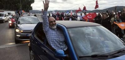 AK Partililer ilk sonuçların ardından Huber'e akın etti