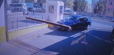 Akılalmaz olay! Otoparka girerken takla atan araç kamerada