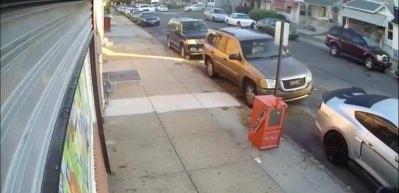 Akılalmaz olay! Sokak ortasında silah çekip çatıştılar...