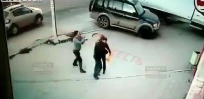 Akılalmaz olay! Yolda yürüyen çifte kalasla saldırdı