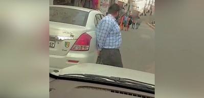 Ambulans sürücüsü, yolu tıkayan aracı elleriyle kaldırdı