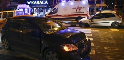 Ankara'da 4 araç birbirine girdi! Araçlardan biri mağazaya daldı