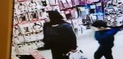 Annesi hırsızlık yaparken utancından yüzünü gizledi
