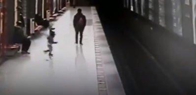 Annesinin gözleri önünde tren raylarına atladı!
