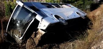 Antalya'da servis otobüsü devrildi: 14 yaralı