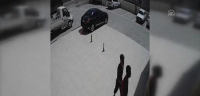 Apartmandan ayakkabı ve bebek arabası hırsızlığı kamerada