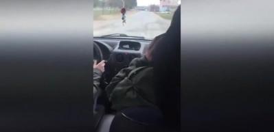 Araba kullanmayı öğrenirken bir anda rapçiye dönüşen kadın