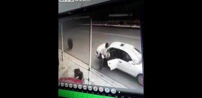 Arabadan fırlayan teker böyle can aldı!