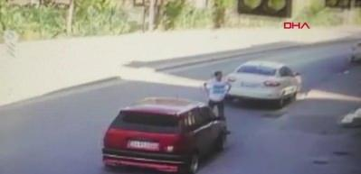 Aracına binmeye çalışırken yandan geçen araç çarptı!