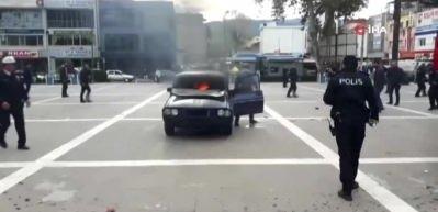 Aracını ateşe verip kendini yakmak istedi