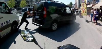 Aracını iten adamın ayağını, minibüs böyle ezdi