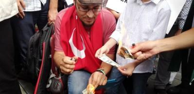 Araplar, Türkiye'ye destek için dolar yaktı!