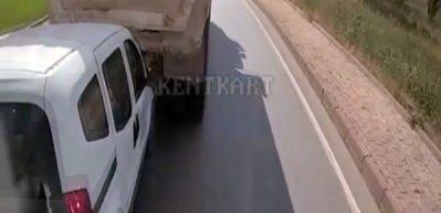 Arkasındaki araca sinirlendi, vitesi geriye takıp böyle çarptı!