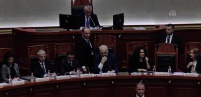 Arnavutluk Meclisi'nde Başbakan Rama'ya boyalı protesto