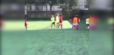 Atiba'nın oğlu Galatasaraylı çocukları peşinden sürükledi!