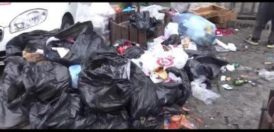 Avcılar'da belediye işçileri iş bıraktı: Çöp yığınları oluştu