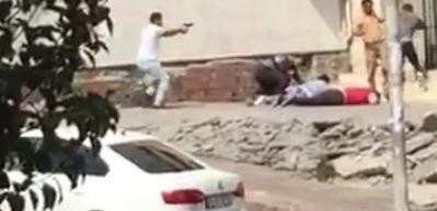 Avcılar'da silahlı çatışma kamerada: 3 yaralı