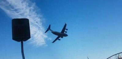 Avustralya'da askeri kargo uçağı, gökdelenlerin arasında uçtu