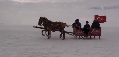 Bakan Ersoy Çıldır Gölü'nde atlı kızağa bindi, balık tuttu