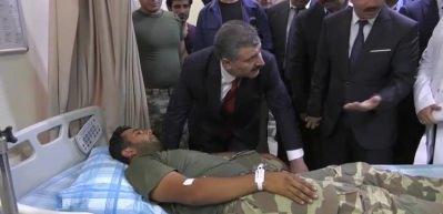 Bakan Koca yaralı askerleri ziyaret etti