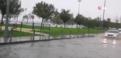 Bakırköy'de yol göle döndü, araçlar mahsur kaldı