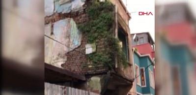 Balat'ta 3 katlı binanın çökme anı kamerada!