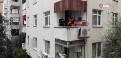 Balkonda tulum çalan kadın tüm mahalleye moral verdi