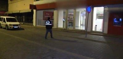 Banka kapısına yapıştırılan not polisi alarma geçirdi