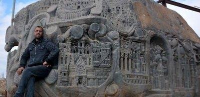 Barış mesajını 117 tonluk kayaya işledi