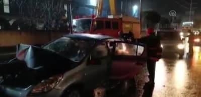 Bariyerlere ok gibi saplandı! Otomobil sürücüsü yaralandı