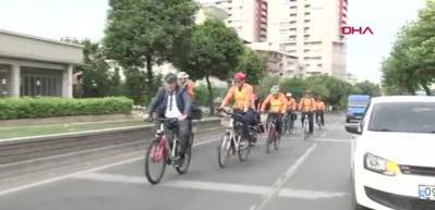 Başkan mesaiye bisikletle gitti, bisikletçiler de eşlik etti