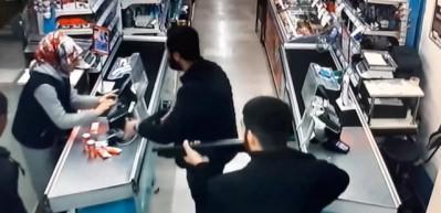 Başkent'te pompalı tüfekli market soygunu kamerada