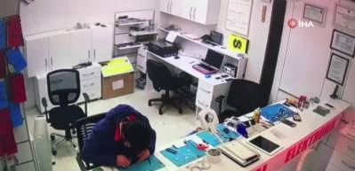Batarya patladı, cep telefonu tamircisi ölümden döndü
