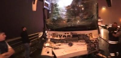 Bolu Dağı'nda yolcu otobüsü TIR'a çarptı! 37 kişi yaralandı